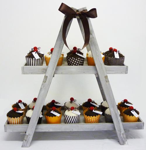 Houten pyramide met cupcakes