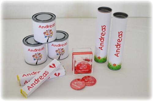 Doopsuiker met blikjes, fruittella's, plexi-doosjes en kleine magneten