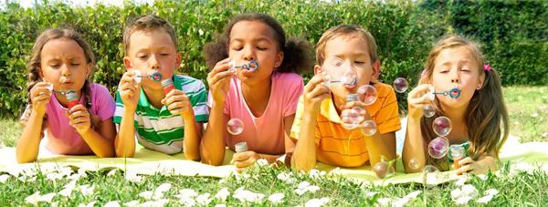 Kindjes die zeepbellen blazen